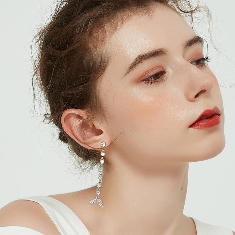 模特兒配戴展示:絢爛多彩鑽石鑲嵌,美麗優雅魚尾,不對稱設計更添加時尚感,無耳洞黏貼式設計讓您輕鬆展現充滿迷人風采的自己,免除長時間配戴耳夾/夾式耳環的不舒適感。