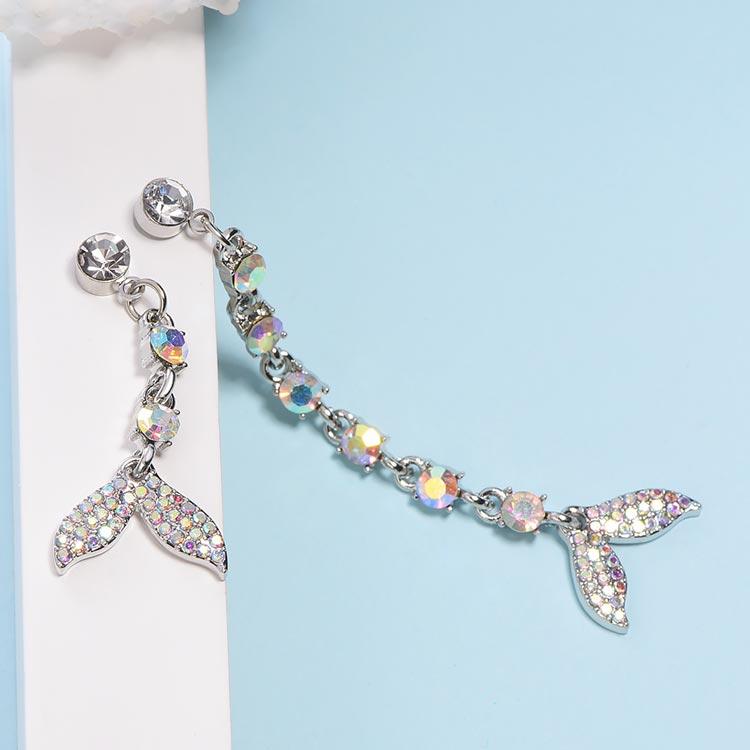 不對稱魚尾彩鑽 耳針/黏式耳環,桌上展示。
