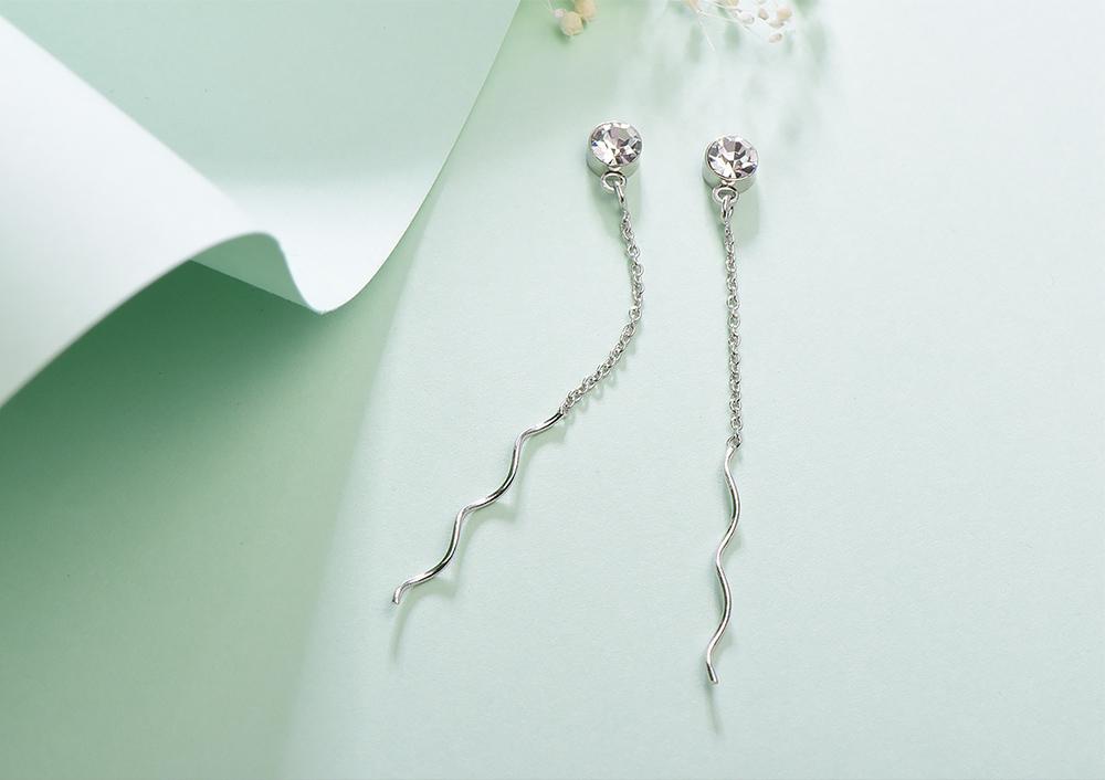 極簡螺旋線狀鑲鑽 黏式耳環,桌上展示。