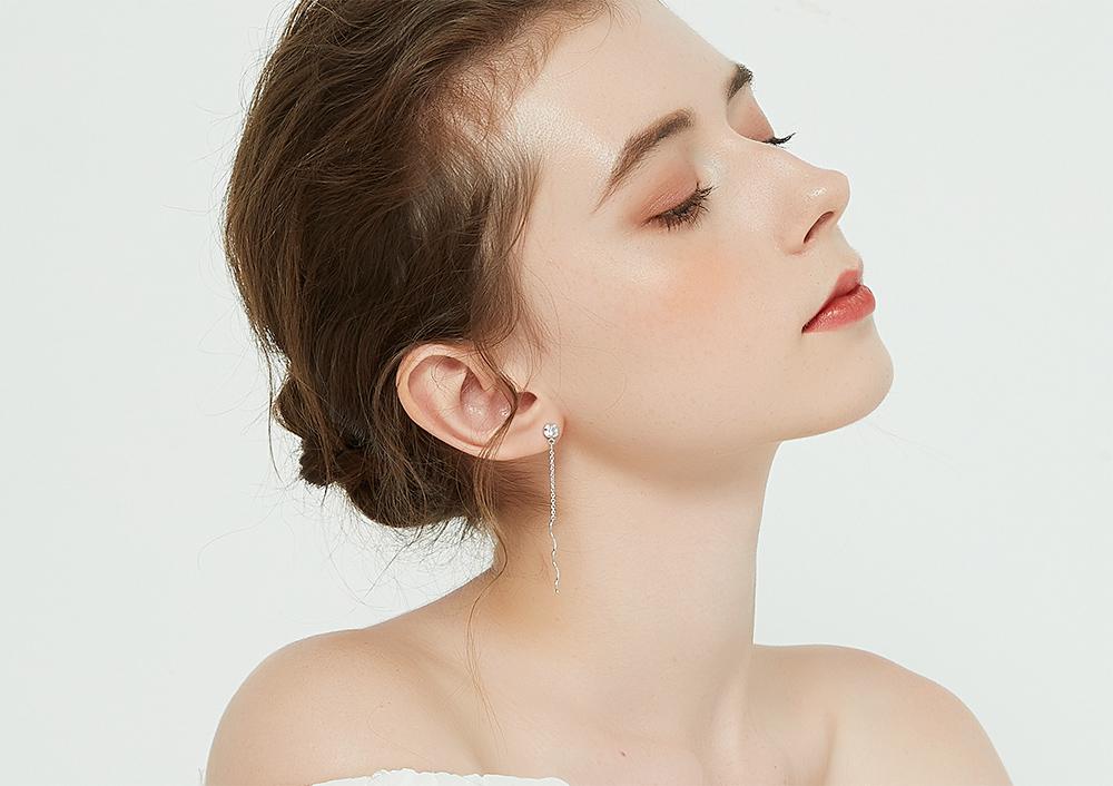 模特兒配戴展示:螺旋一字流蘇設計,簡單卻不失時尚,無耳洞黏貼式設計讓您輕鬆展現充滿迷人風采的自己,免除長時間配戴耳夾/夾式耳環的不舒適感。