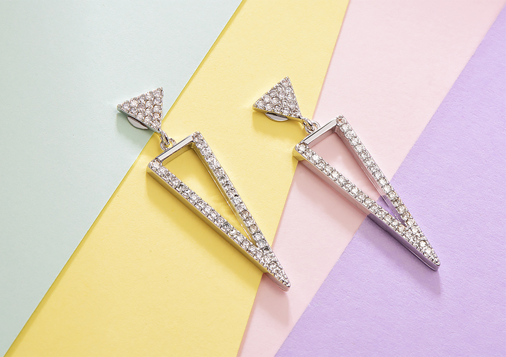 氣質簡約精緻三角形鑲鑽 黏式耳環,桌上展示。