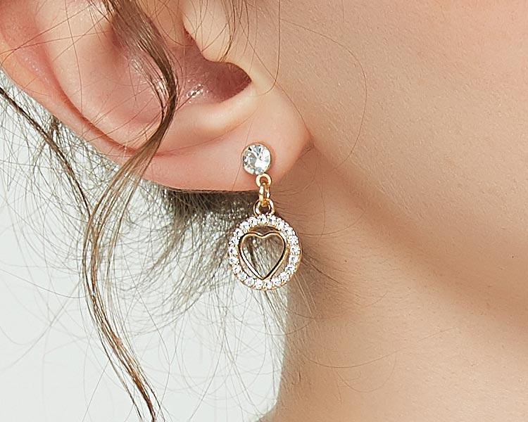 模特兒配戴展示:簍空金心圓環造型,搭配滿鑽設計,亮眼時尚又帶點奢華感,無耳洞黏貼式設計讓您輕鬆展現充滿迷人風采的自己,免除長時間配戴耳夾/夾式耳環的不舒適感。