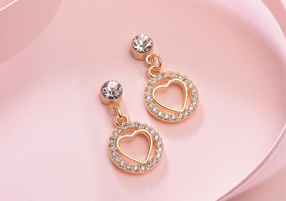 亮眼圓環鑲鑽金心 黏式耳環,桌上展示。