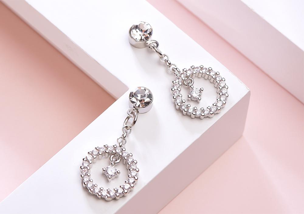 觸及真心相似款-韓版圓環簍空吊鑽 黏式耳環,桌上展示。