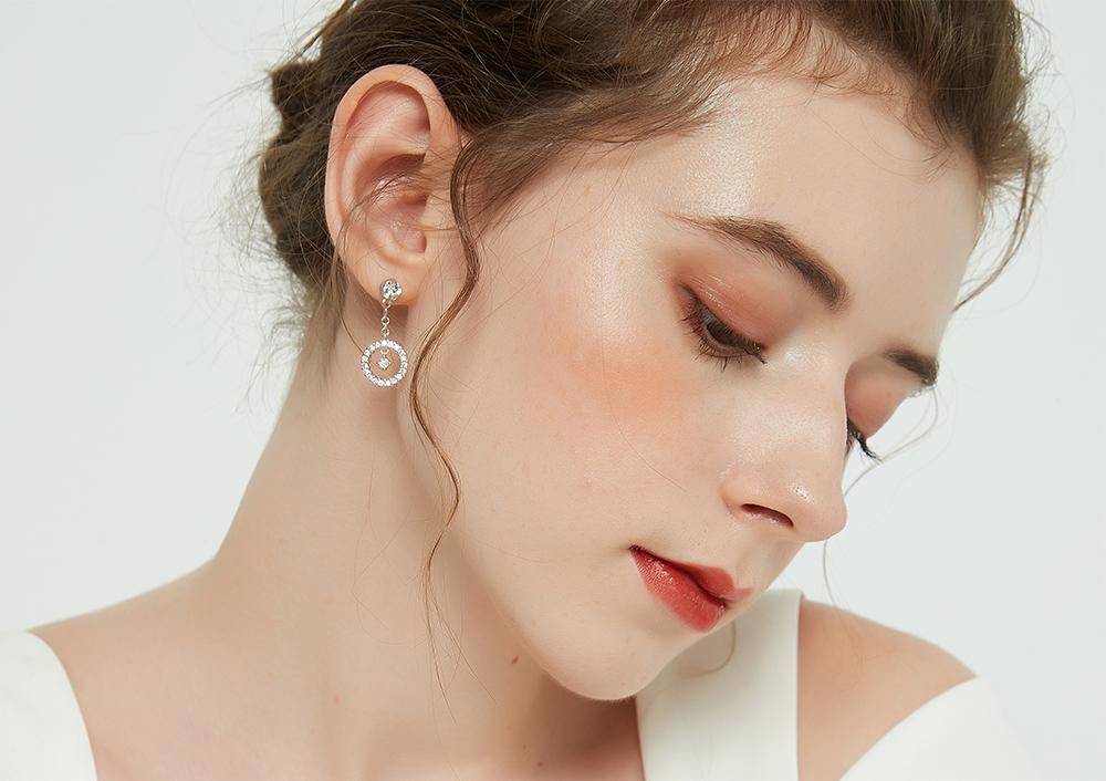 模特兒配戴展示:圓環簍空滿鑽鑲嵌,吊鑽設計閃亮度動人,免穿耳洞的黏貼式設計,免除配戴耳夾/耳針的不適感,讓妳美美打扮輕鬆外出。