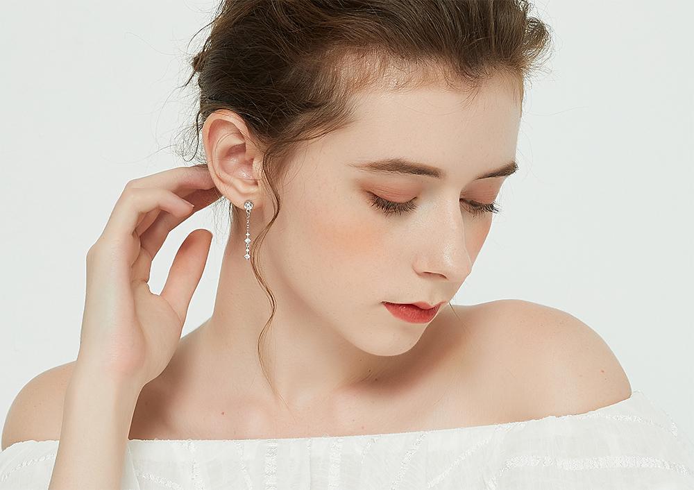 模特兒配戴展示:一字簡約新潮款式,質感閃亮水鑽鑲嵌,大方氣質,,免穿耳洞的黏貼式設計,免除配戴耳夾/耳針的不適感,讓妳美美打扮輕鬆外出。