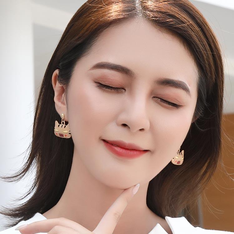 模特兒配戴展示:日系卡通,可愛帶點浮誇的表情貓咪,讓人愛不釋手,創新黏貼式耳環,免除長時間配戴耳夾/夾式耳環的不舒服感。
