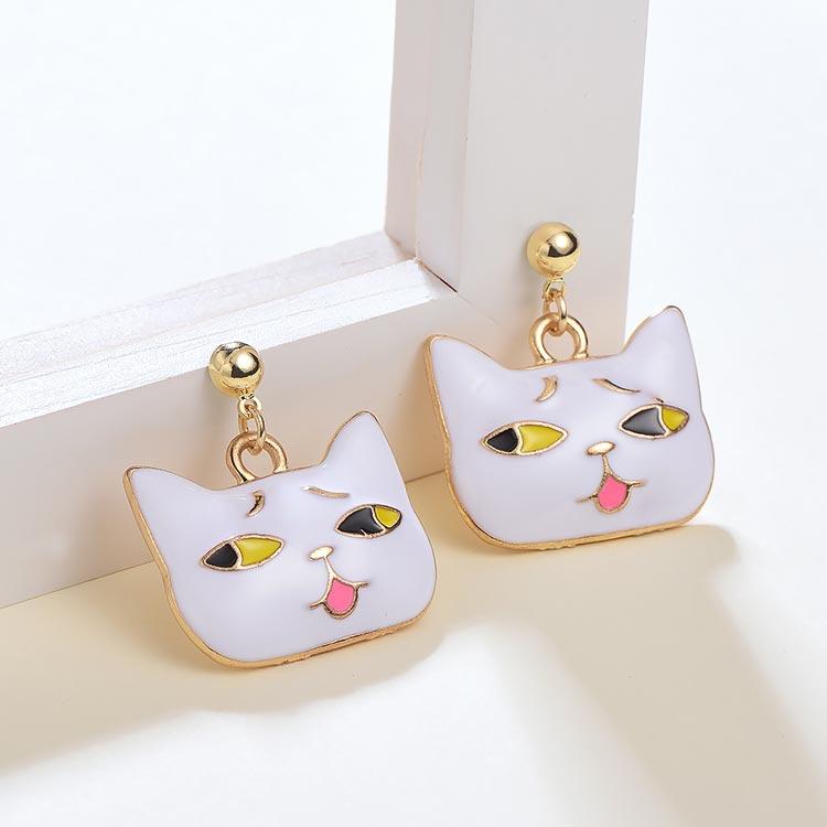 日系可愛卡通表情貓咪 黏式耳環,桌上展示。