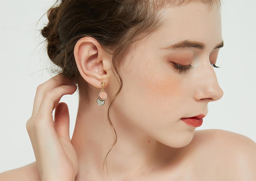 模特兒配戴展示:日韓簡約,復古風格,撞色圓形設計,創新無耳洞黏貼式耳環設計,採用醫療級用膠,減少皮膚的負擔,也免除長時間配戴耳夾/夾式耳環的不舒適感。