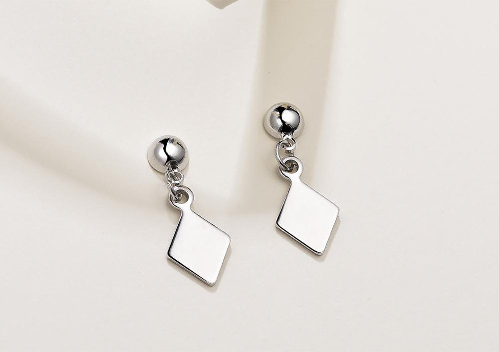 百搭簡約幾何菱形 耳針/ 黏式耳環,桌上展示。