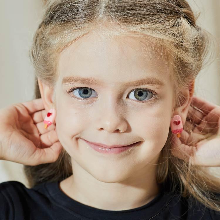 模特兒配戴展示粉嫩色系,大紅愛心,仿真冰棒雪糕造型,創新的黏貼式耳環,不必擔心長時間配戴耳夾的不舒服感。