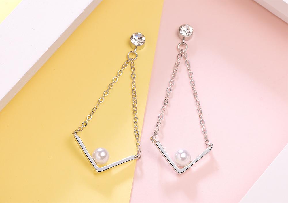 金秘書為何那樣相似款-簡約V字珍珠鑲鑽 黏式耳環,桌上展示。