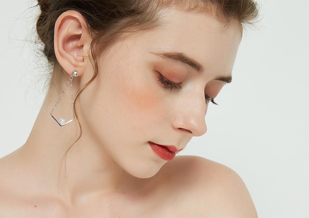 模特兒配戴展示:簡約新時尚,V字合金造型,潔白珍珠點綴,時尚優雅,輕鬆零負擔的創新黏貼式耳環設計,絕對是您的最佳首選。不用穿耳洞也可以免除長時間配戴耳夾/夾式耳環的不舒適感。