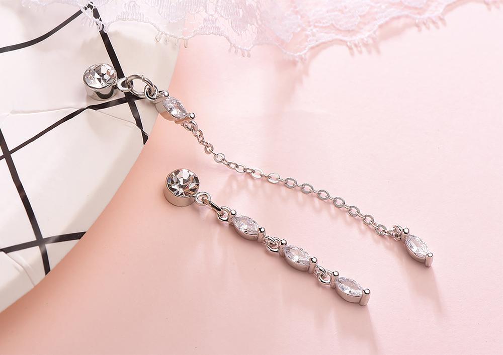 觸及真心相似款 不對稱水滴鑲鑽 黏式耳環,桌上展示。