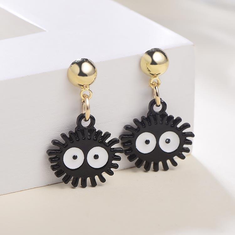 可愛卡通小黑炭 黏式耳環,桌上展示。