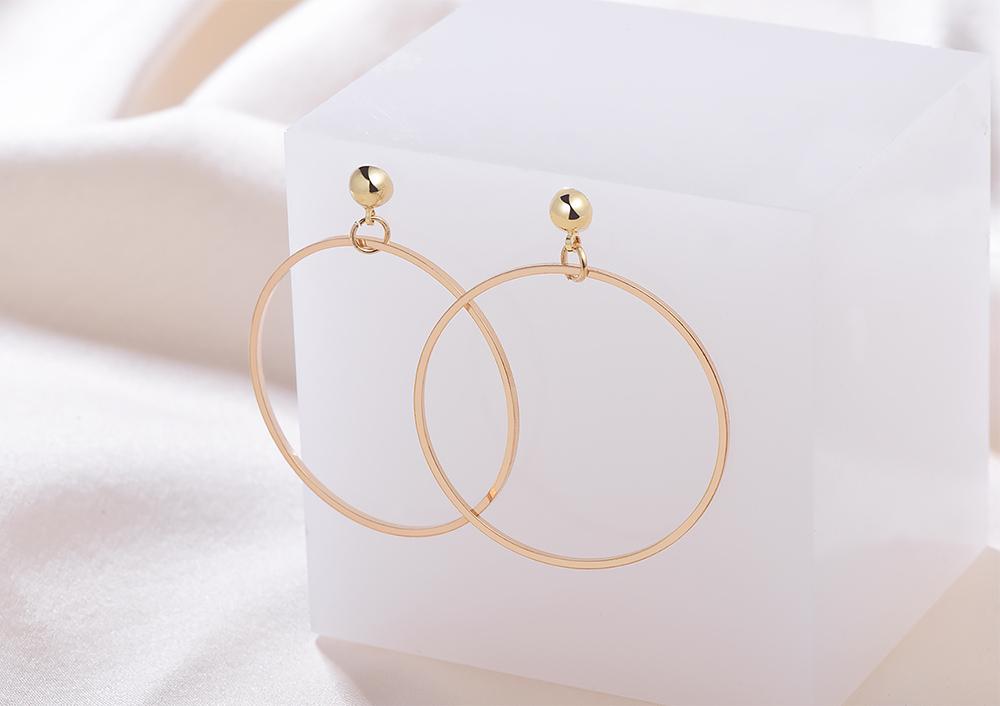 經典簡約金屬圓環 黏式耳環,桌上展示。