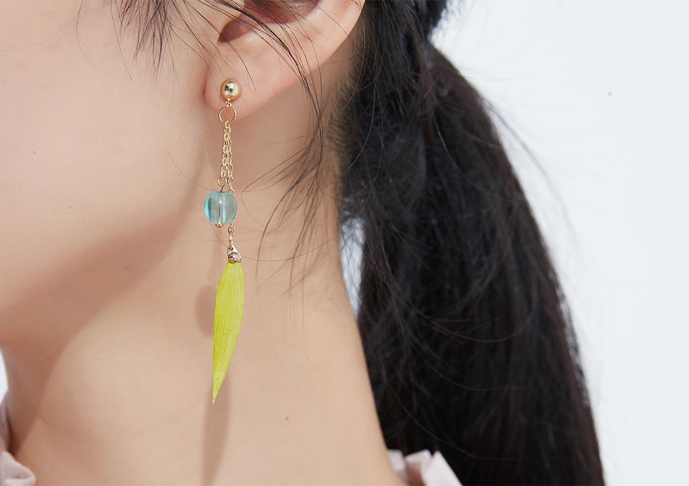 模特兒配戴展示:閃亮圓環五金金屬,糖果色柔軟絨球,材質輕巧無耳洞黏貼式設計讓您輕鬆使用無負擔,免除長時間配戴耳夾/夾式耳環的不舒適感。