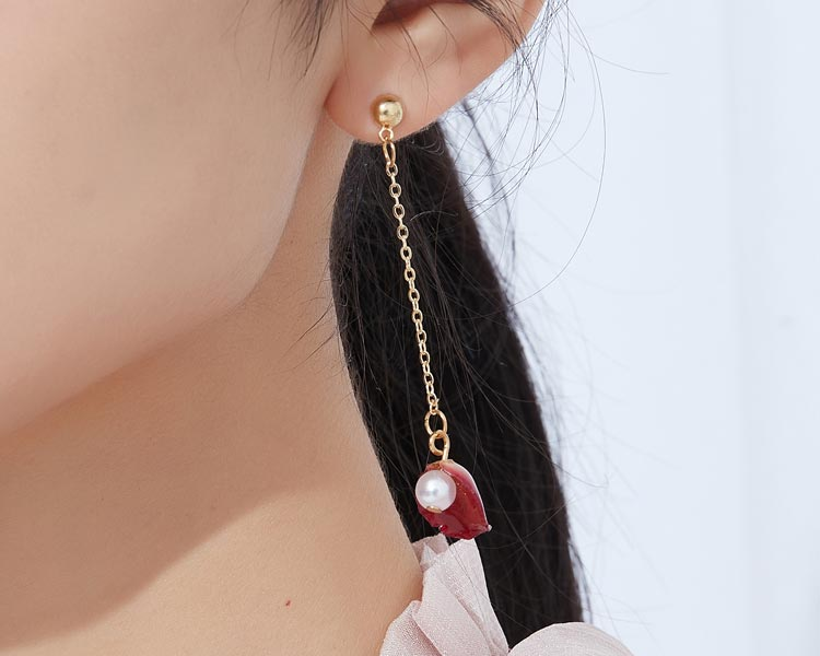 模特兒配戴展示:優雅玫瑰造型,潔白珍珠點綴,時尚氣質,創新無耳洞黏貼式耳環設計,採用醫療級用膠,減少皮膚的負擔,也免除長時間配戴耳夾/夾式耳環的不舒適感。