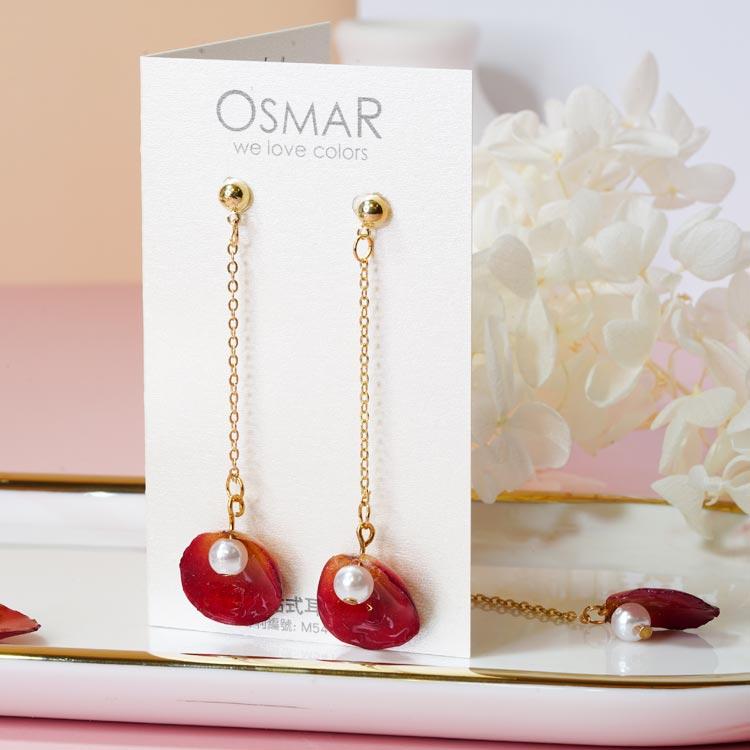 珍珠乾燥玫瑰花瓣 耳針/黏式耳環,桌上展示。