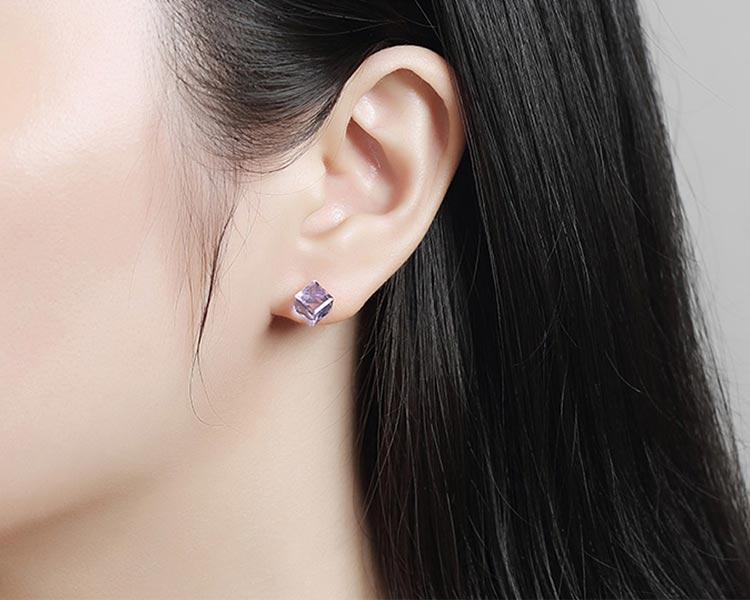 模特兒配戴展示: 極簡透亮立方水晶 無耳洞黏貼式耳環