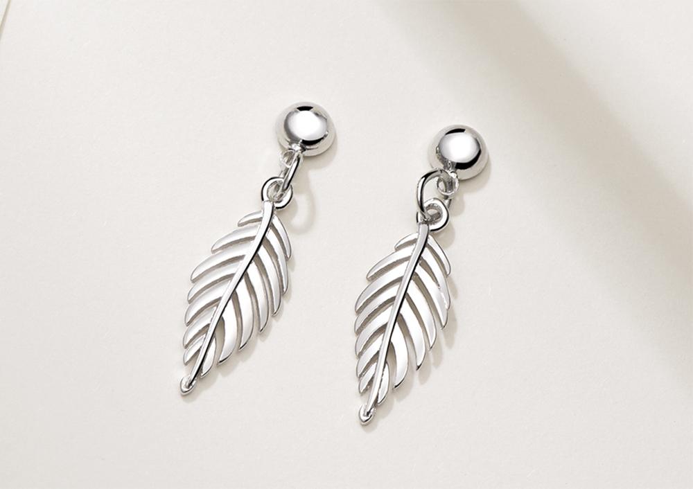 韓版氣質簡約樹葉 耳針/ 黏式耳環,桌上展示。