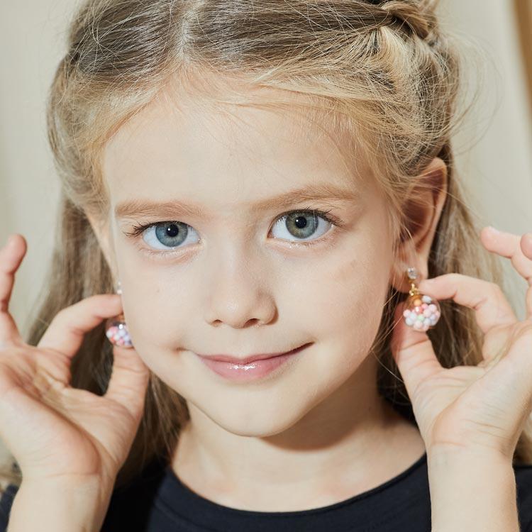 模特兒配戴展示:彩色泡泡小球存放在在透明的玻璃球裡,繽紛絢爛,活力可愛,創新的黏貼式耳環,不必擔心長時間配戴耳夾的不舒服感。