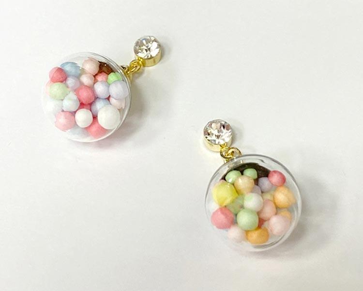 彩色泡泡透明玻璃球 黏式耳環,桌上展示。