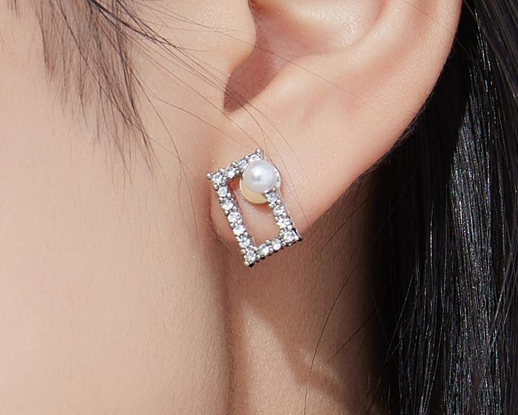模特兒配戴展示:簍空方形設計,潔白珍珠搭配閃亮水鑽,氣質時尚,無耳洞黏貼式設計讓您輕鬆使用無負擔,免除長時間配戴耳夾/夾式耳環的不舒適感。