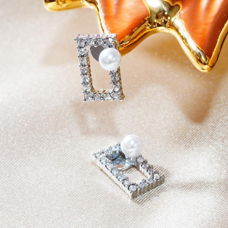 氣質珍珠簍空鑲鑽方形 無耳洞黏貼式耳環,桌上展示。