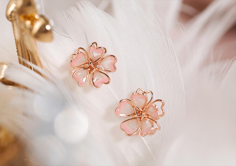 甜美立體雙層櫻花 黏式耳環,桌上展示。