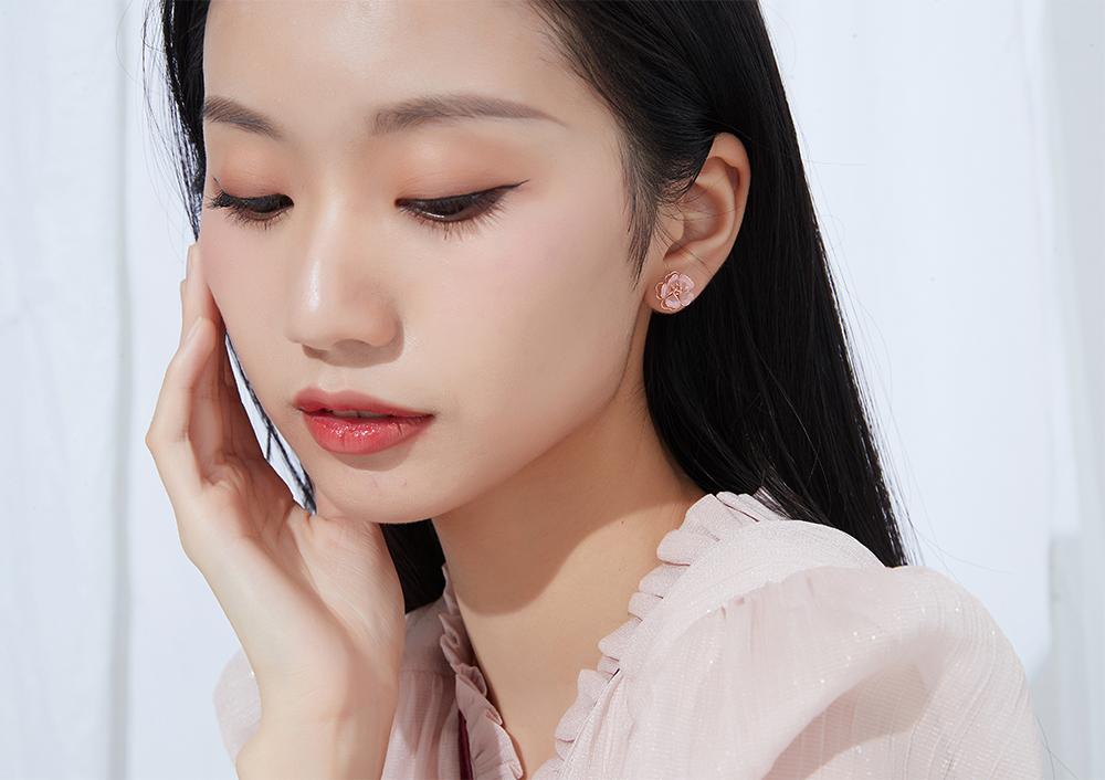 模特兒配戴展示:日系風格,立體雙層設計,粉嫩櫻花造型,甜美可愛,無耳洞黏貼式設計,免除長時間配戴耳夾/夾式耳環的不舒適感,讓您美麗輕鬆無負擔。