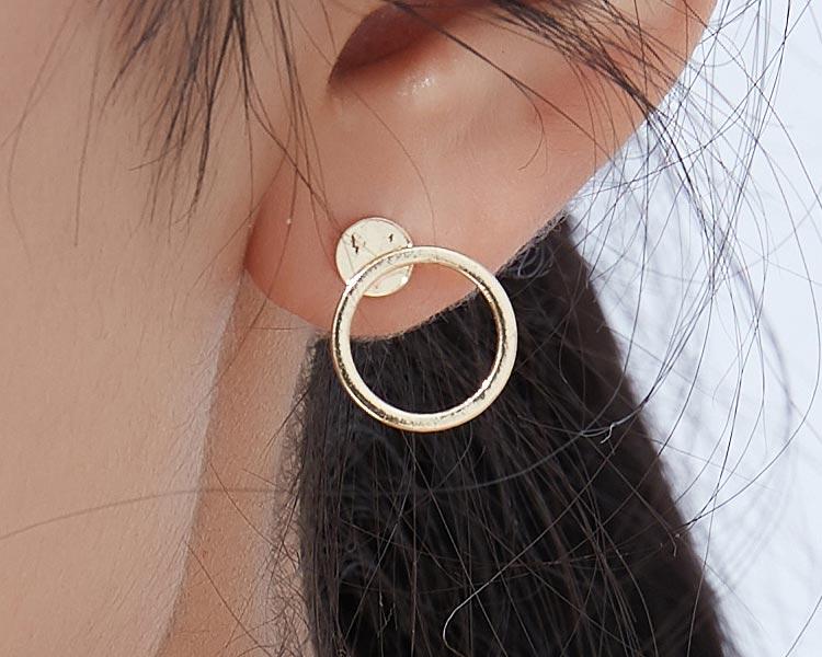 模特兒配戴展示:經典不敗款式,小巧精緻,簡約圓環造型,時尚動人,無耳洞黏貼式設計讓您輕鬆使用無負擔,免除長時間配戴耳夾/夾式耳環的不舒適感。