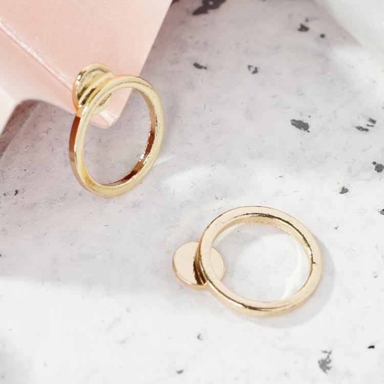 簡約小巧經典圓環 無耳洞黏貼式耳環,桌上展示。