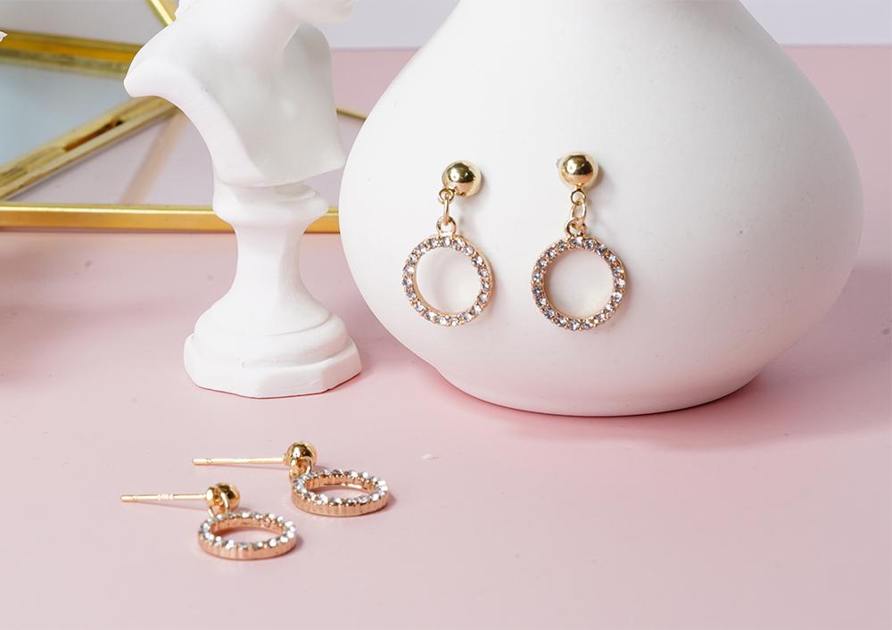 復古氣質鑲鑽圓環 耳針/無耳洞黏貼式耳環,桌上展示。