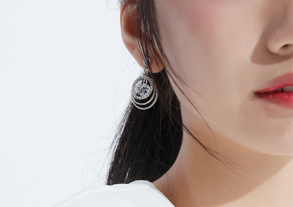 模特兒配戴展示:立體多層設計,簍空圓環,閃耀鑲鑽,氣質時尚,無耳洞黏貼式設計讓您輕鬆使用無負擔,免除長時間配戴耳夾/夾式耳環的不舒適感。