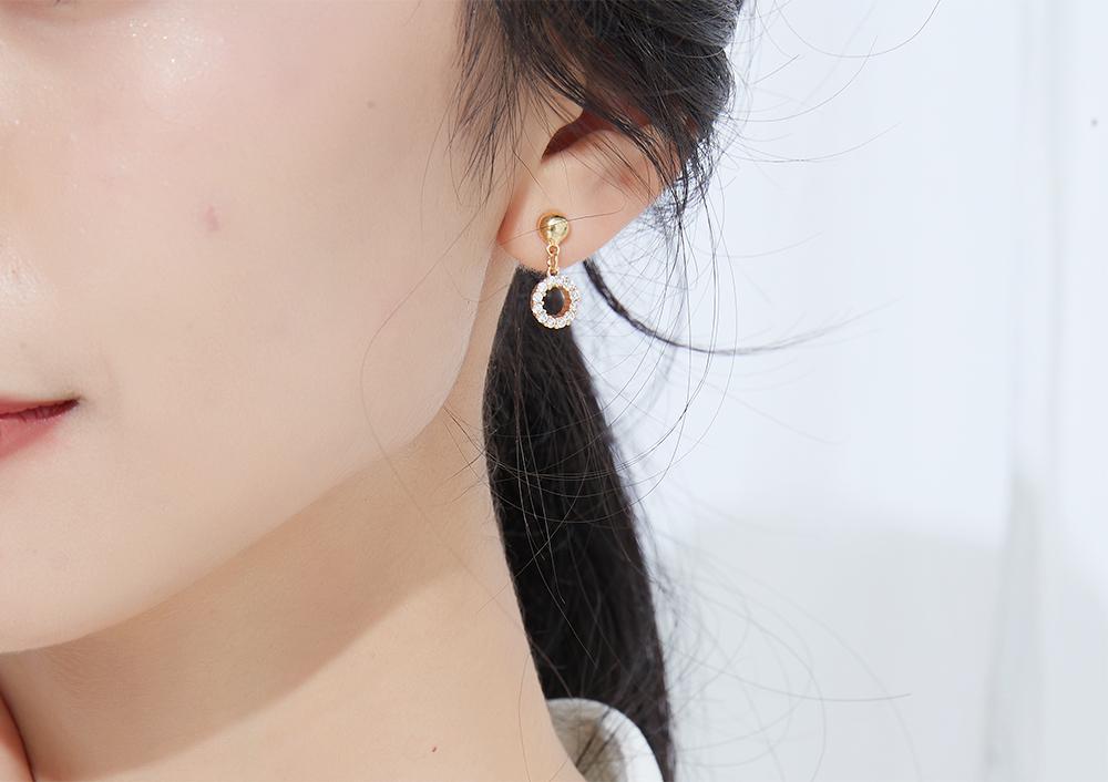 模特兒配戴展示:精緻小巧,簍空設計,耀眼鑲鑽,優雅氣質,無耳洞黏貼式設計讓您輕鬆使用無負擔,免除長時間配戴耳夾/夾式耳環的不舒適感。