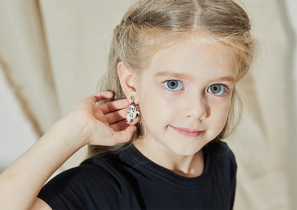 模特兒配戴展示:萬聖節限定款,質感合金打造,搗蛋幽靈造型,搞怪有趣,創新無耳洞黏耳環設計,採用醫療級用膠,減少皮膚的負擔,也免除長時間配戴耳夾/夾式耳環的不舒適感。
