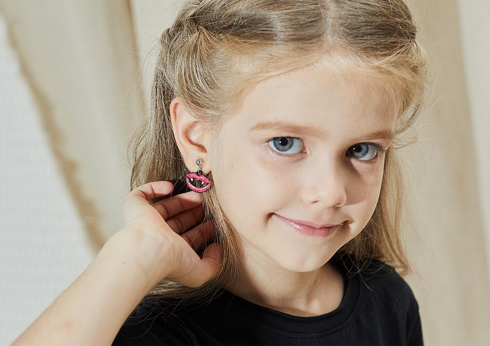 模特兒配戴展示:萬聖節限定款,尖牙嘴唇造型,驚嚇十足,創新無耳洞黏耳環設計,採用醫療級用膠,減少皮膚的負擔,也免除長時間配戴耳夾/夾式耳環的不舒適感。