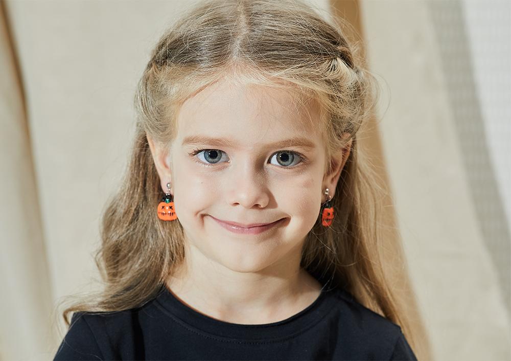 模特兒配戴展示:萬聖節限定款,經典南瓜燈造型,驚嚇又可愛,創新無耳洞黏耳環設計,採用醫療級用膠,減少皮膚的負擔,也免除長時間配戴耳夾/夾式耳環的不舒適感。