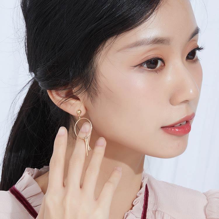 模特兒配戴展示:韓式風格,經典簍空圓環搭配條型流蘇設計,簡約氣質,創新無耳洞黏貼式耳環設計,採用醫療級用膠,減少皮膚的負擔,也免除長時間配戴耳夾/夾式耳環的不舒適感。