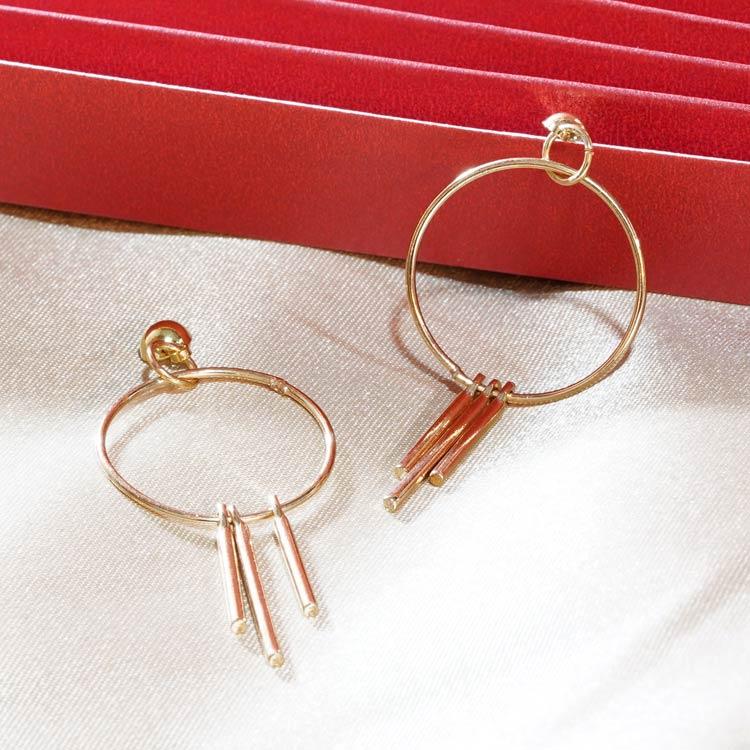 簡約簍空圓環流蘇 黏式耳環,桌上展示。
