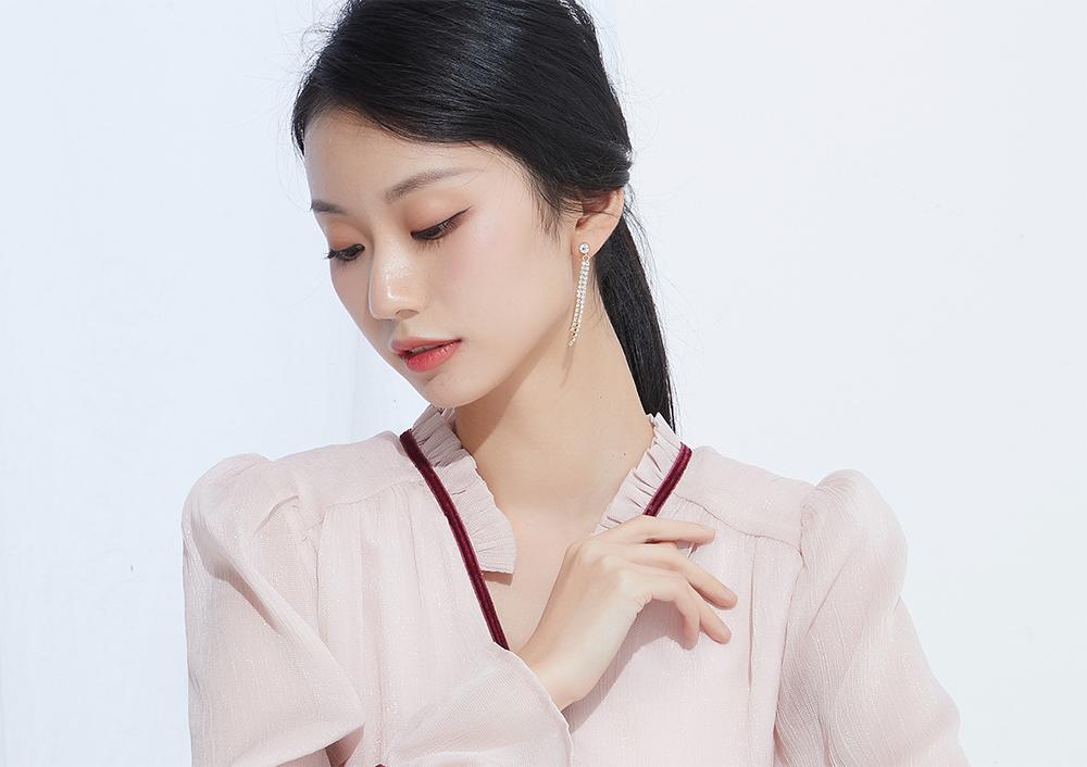 模特兒配戴展示:幾何方形串連,閃亮水鑽鑲嵌,優雅流蘇造型,時尚動人,無耳洞黏貼式設計,免除長時間配戴耳夾/夾式耳環的不舒適感,讓您美麗輕鬆無負擔。