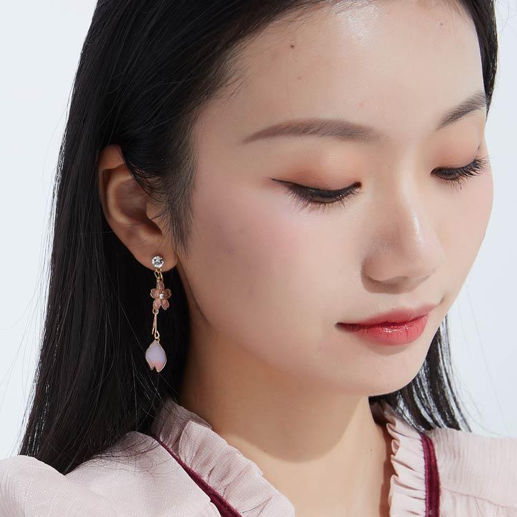 模特兒配戴展示:粉嫩櫻花造型,黑白可愛小貓陪襯,可愛中又帶點浪漫唯美。