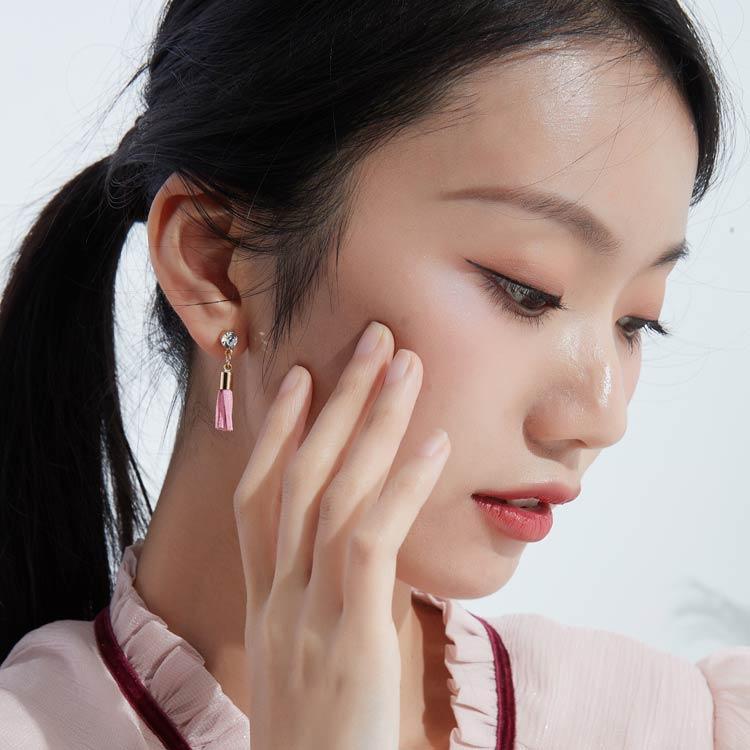 模特兒配戴展示:潮流韓版新時尚,用皮革打造的流蘇與光滑圓潤的珍珠,讓你展現文藝清新的氣息。