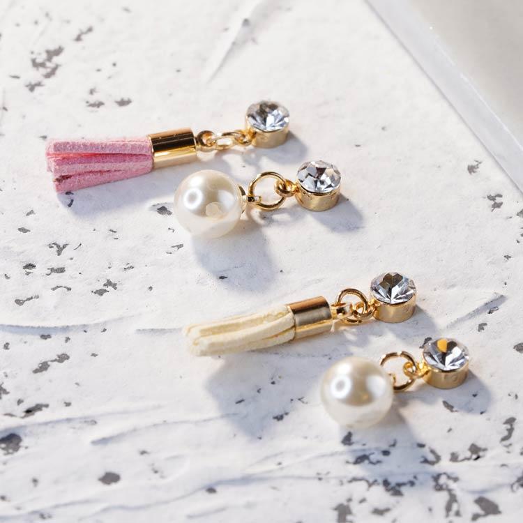 清新氣質不對稱流蘇珍珠 耳針/無耳洞黏貼式耳環,桌上展示。