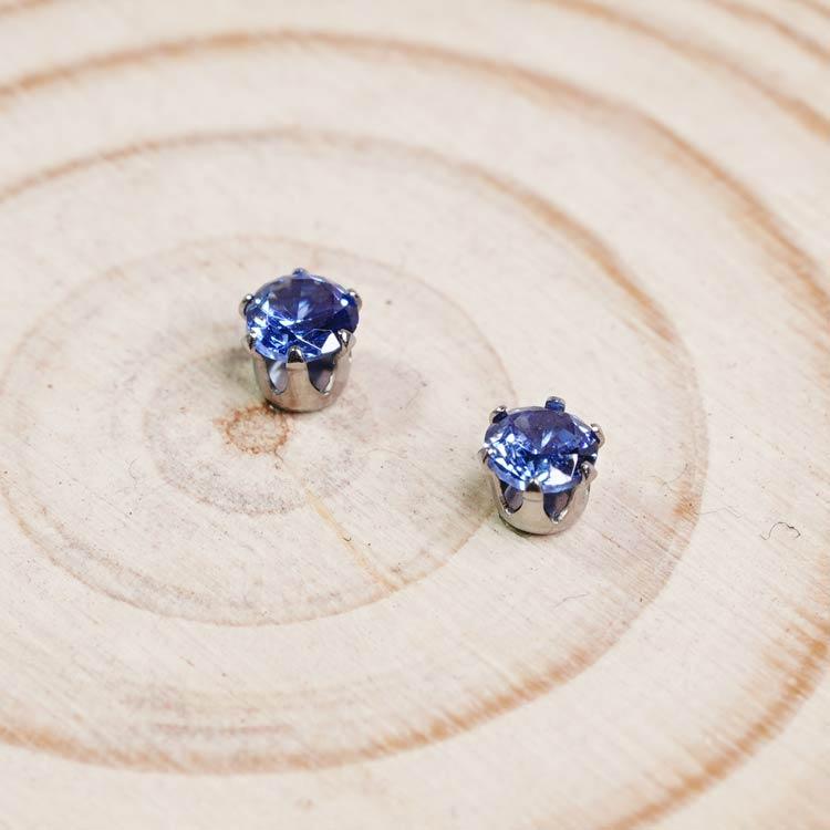 迷你簡約小水鑽 黏式耳環 (4mm),桌上展示。