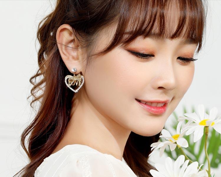 模特兒配戴展示: 閃閃水鑽愛心LOVE 耳針/無耳洞黏貼式耳環