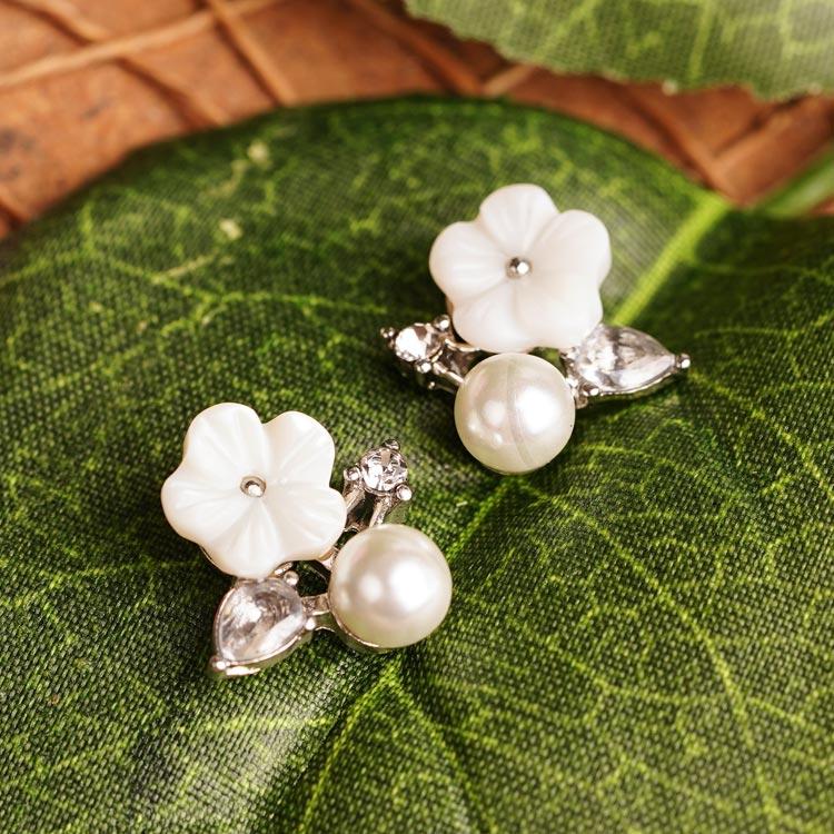 場景展示: 清新淡雅花朵珍珠 無耳洞黏貼式耳環