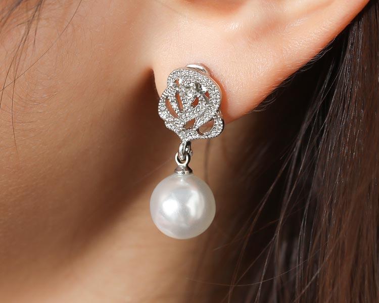模特兒配戴展示:銀光淡雅玫瑰珍珠 無耳洞黏貼式耳環