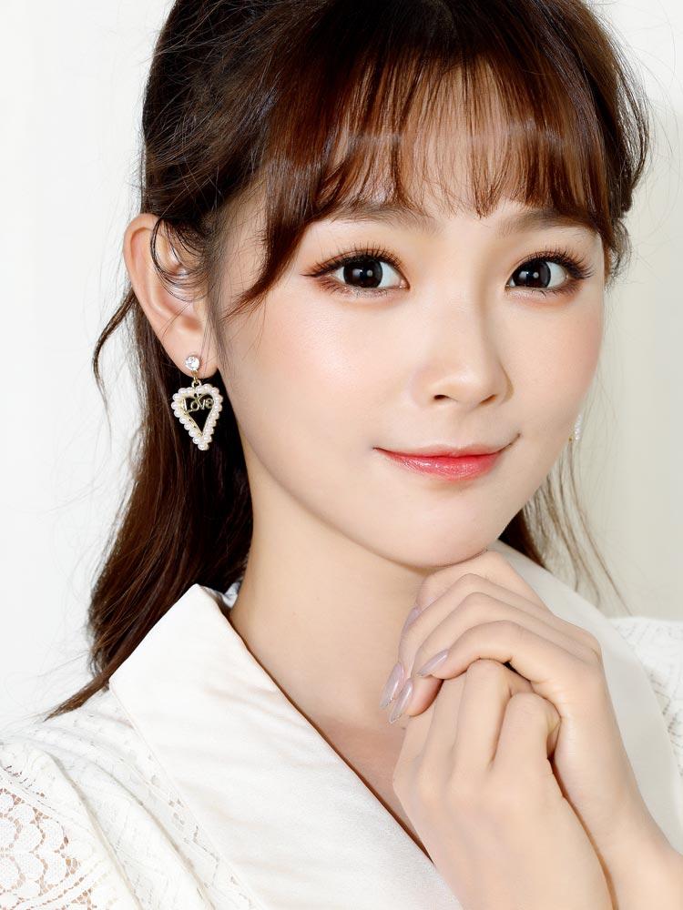 模特兒配戴展示: 簍空愛心珍珠LOVE 耳針/無耳洞黏貼式耳環